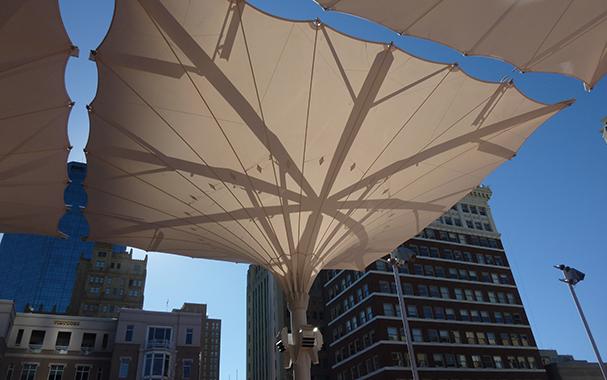 折叠开合式膜结构建筑雨伞产品演示图3