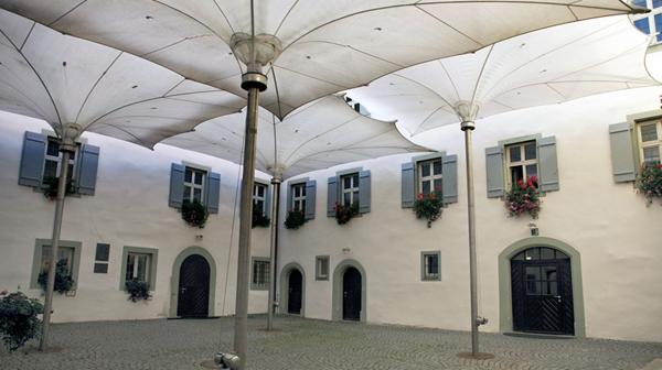国外最大的伸缩开合式张拉膜结构建筑雨伞图片 17.jpg