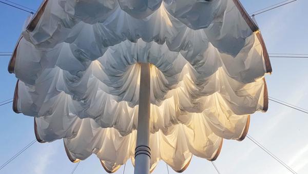 国外最大的伸缩开合式张拉膜结构建筑雨伞图片 25.jpg