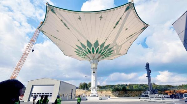 国外最大的伸缩开合式张拉膜结构建筑雨伞图片 28.jpg